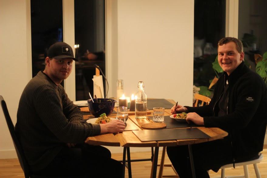 Et billede af to frivillig i Kolding fra Ventilen der spiser